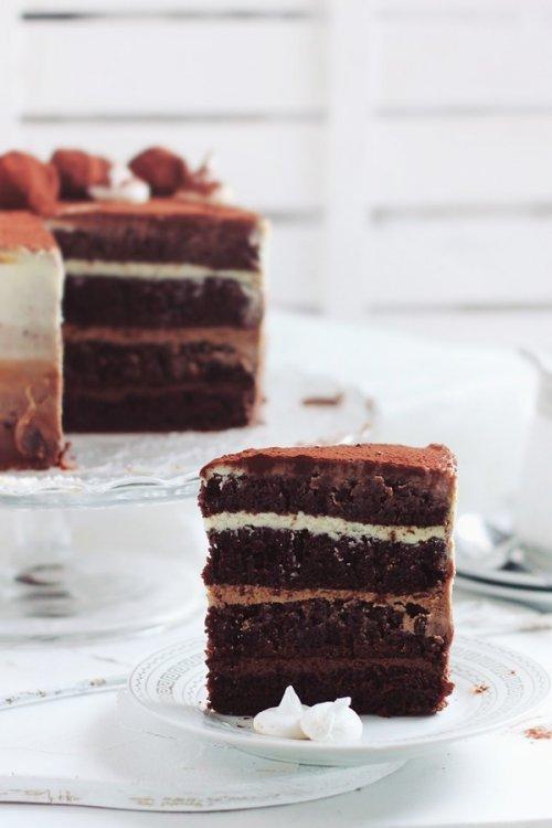 Tarta rellena de tres chocolates